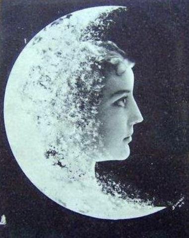 Cara en la Luna.